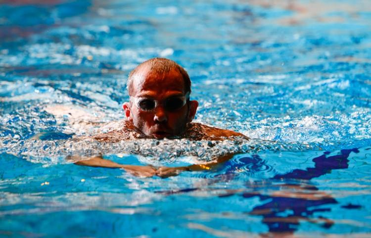 afbeelding van heer in zwembad met schoolslag