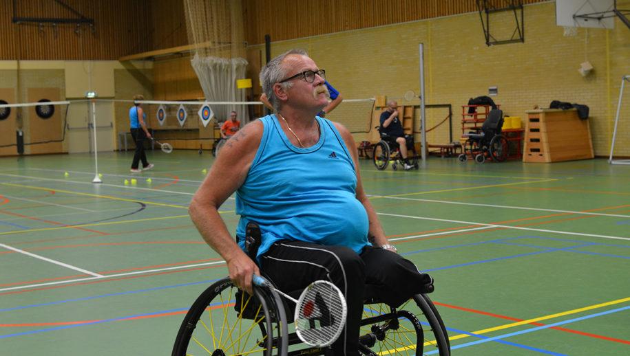afbeelding Jan Pomp in actie op badmintonveld